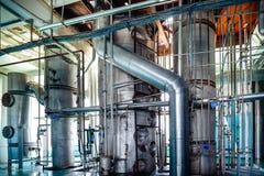 La boutique de rectification Colonnes de distillation argentées photo libre de droits