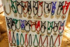 La boutique de rue vendant des ornements de femmes en métal ou les bijoux aiment des colliers Inde de Chennai le 25 février 2017 Photos libres de droits
