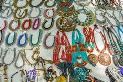 La boutique de rue vendant des ornements de femmes en métal ou les bijoux aiment le collier, chaînes, bracelets, anneaux, bracele Photo stock