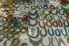 La boutique de rue vendant des ornements de femmes en métal ou les bijoux aiment le collier, chaînes, bracelets, anneaux, bracele Photographie stock libre de droits