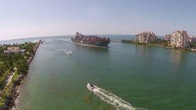 La boutique lourde de cargaison entre dans le port de la vue aérienne de Miami clips vidéos