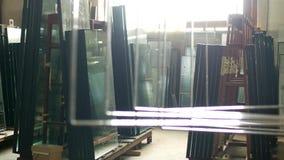 La boutique pour la production et la fabrication des fenêtres de PVC, les fenêtres isolées par vêtement de prêt-à-porter se tienn banque de vidéos