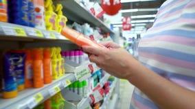 La boutique proche de femme caucasienne de plan rapproché enterre choisir des cosmétiques sur le marché banque de vidéos