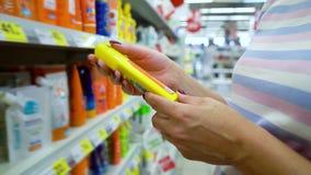 La boutique proche de femme caucasienne de plan rapproché enterre choisir des cosmétiques sur le marché clips vidéos