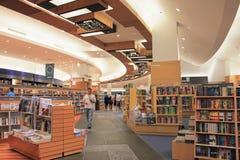 La boutique réserve dans le mail de Dubaï, la lecture arabe et la formation, photo libre de droits