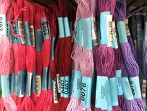 La boutique rayonne avec les fils colorés pour la couture de broderie Photographie stock libre de droits