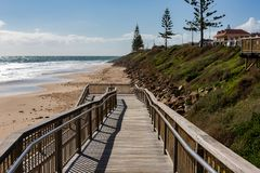 La bretelle d'accès de plage dessus au sable à l'Au de sud de plage de Christies Photographie stock libre de droits