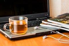 La breve pausa per tè in ufficio, tè rinforza la forza ed aggiunge Fotografia Stock Libera da Diritti