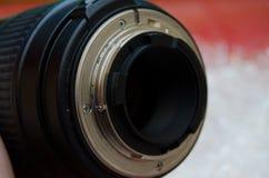 La bride d'un F-mountlens, y compris le levier d'ouverture et les contacts d'unité centrale de traitement photographie stock libre de droits