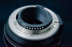 La bride d'un F-mountlens, y compris le levier d'ouverture et les contacts d'unité centrale de traitement image stock