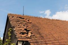 La brique cassée met en sac sur le toit d'un cottage photos stock