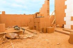 La brique par la brique, construisent une maison sur vos propres moyens Établir une maison pow Photos stock