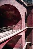 La brique rouge extérieure a arqué des murs au point de fort Photos stock