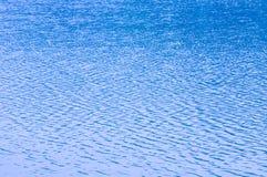 La brisa agita el agua y las ondas de las formas fotografía de archivo