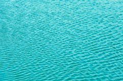 La brisa agita el agua y las ondas de las formas imagenes de archivo