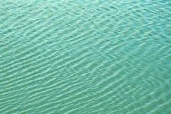 La brisa agita el agua y las ondas de las formas imagen de archivo libre de regalías