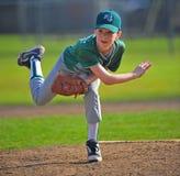 La brocca di baseball segue attraverso Fotografie Stock
