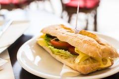 La brochette savoureuse a percé le long sandwich à ciabatta Photographie stock libre de droits