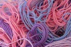 La broderie de rose, pourpre et bleue en pastel de coton filète le fond Photos stock