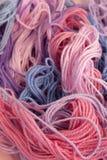 La broderie de rose, pourpre et bleue en pastel de coton filète le fond Photo libre de droits
