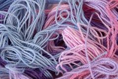 La broderie de rose, pourpre et bleue en pastel de coton filète le fond Image libre de droits