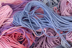 La broderie de rose, pourpre et bleue en pastel de coton filète le fond Photos libres de droits