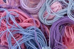 La broderie de rose, pourpre et bleue en pastel de coton filète le fond Images libres de droits