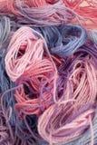 La broderie de rose, pourpre et bleue en pastel de coton filète le fond Photo stock