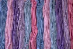 La broderie de rose, pourpre et bleue en pastel de coton filète le fond Photographie stock libre de droits