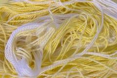 La broderie jaune et blanche de coton filète le fond Images stock