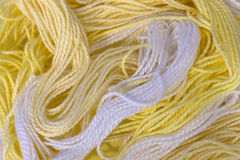 La broderie jaune et blanche de coton filète le fond Photo libre de droits