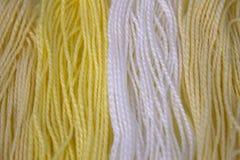 La broderie jaune et blanche en pastel de coton filète le fond Photographie stock libre de droits