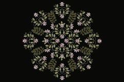 La broderie ovale du rose de withde bouquets fleurit et se courbe sur le fond noir Photos libres de droits