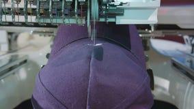 La broderie s'occupe le logo sur le chapeau photo libre de droits