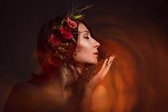 La bruja atractiva inhala el olor Fotografía de archivo libre de regalías