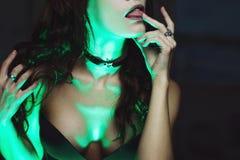 La bruja crea magia Mujer hermosa y atractiva con una luz mística fotos de archivo libres de regalías