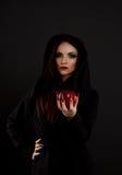 La bruja de la madrastra da la manzana roja envenenada Imagen de archivo libre de regalías