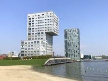 La bruja de las construcciones de viviendas hace el horizonte de Almere Stad - de Silverline, de la onda y de las torres de Almer Fotografía de archivo