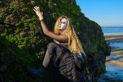 La bruja en el mar imagenes de archivo
