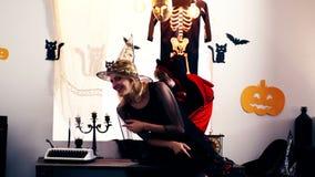 La bruja está buscando un pequeño dragón en el fondo del paisaje al Halloween Concepto de la celebración de Halloween almacen de metraje de vídeo