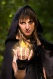 La bruja está echando encanto de la bola de fuego imagen de archivo
