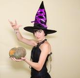 La bruja hermosa y la calabaza mágica Imagenes de archivo