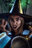 La bruja joven envía mal hace foto de archivo