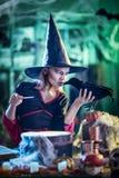 La bruja joven susurra al mirlo fotografía de archivo libre de regalías