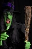 La bruja traviesa y su palo de escoba. Imagen de archivo libre de regalías