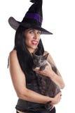 La bruja y su gato. Imagen de archivo libre de regalías