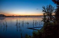 La brume se lève au-dessus du lac Photos libres de droits