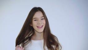 La brune assez jeune joue ses cheveux et coquets à l'appareil-photo clips vidéos