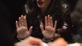 La brune attrayante lui refuse la culpabilité dans le crime, détective interrogeant le suspect clips vidéos
