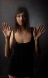 La brune dans une robe blanche pour un verre humide Photos stock